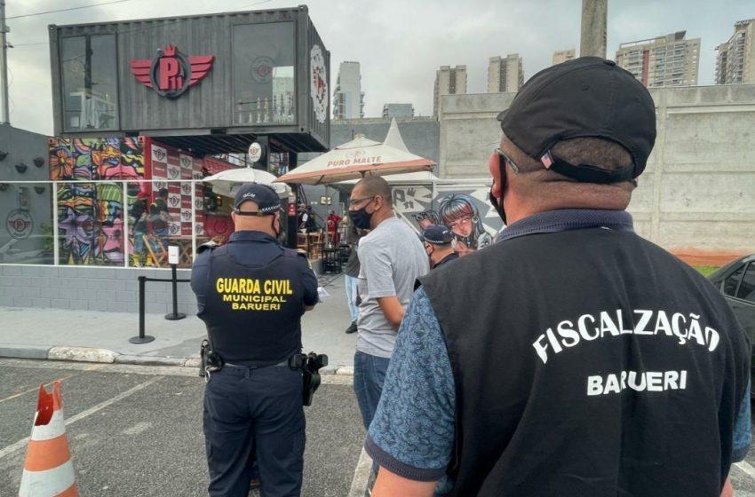 Ação integrada da Guarda com Secretarias lacra bares que promoviam aglomerações em Barueri