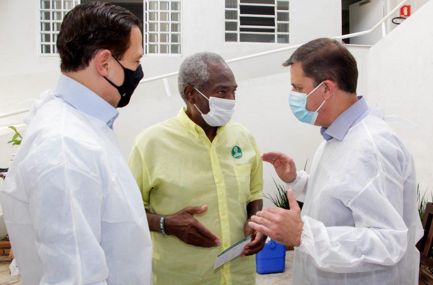 Governador João Doria e prefeito Marcos Neves acompanham vacinação em Carapicuíba