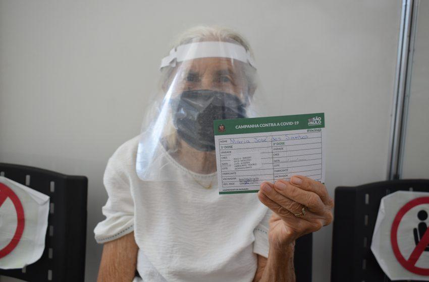 Antecipada, vacinação de idosos contra Covid começou nesta quinta-feira em Barueri