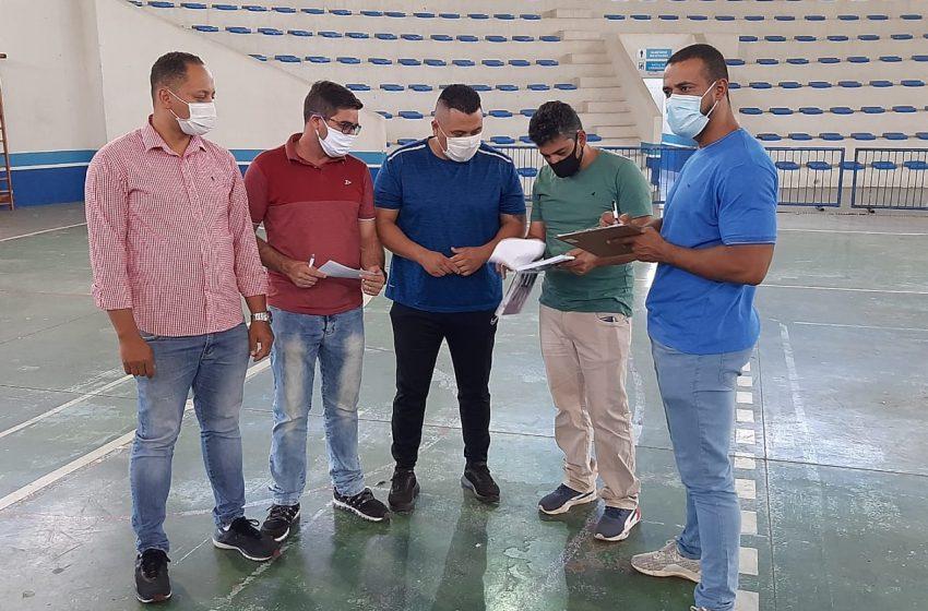 Vereadores da comissão de esportes vistoriam ginásio municipal em Itapevi