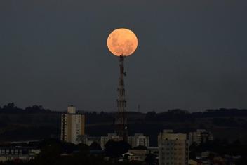 Seria o Sol? Não, você viu certo, é a Super Lua Rosa que brilhou no céu do mundo todo pode estar no vestibular.