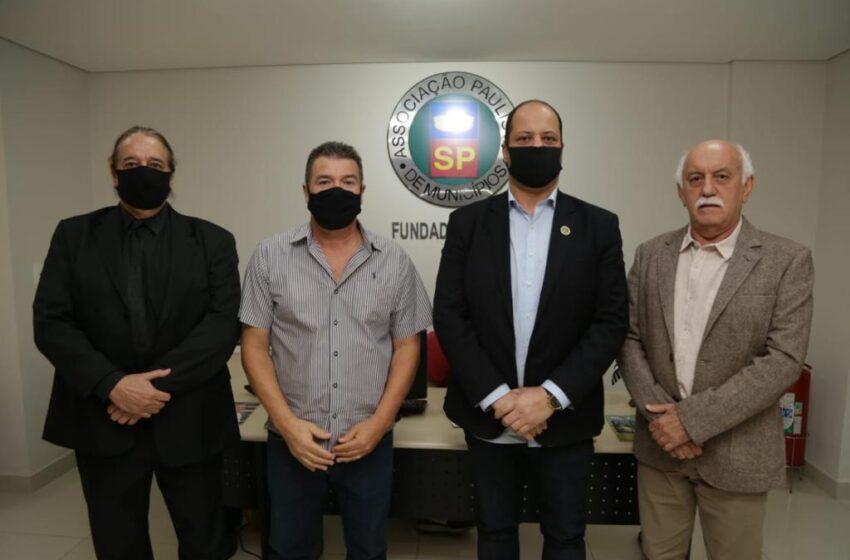 Presidente da Câmara de Osasco visita sede da Associação Paulista de Municípios