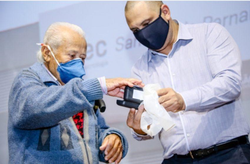 Marcos Tonho entrega 130 óculos a moradores de Santana de Parnaíba